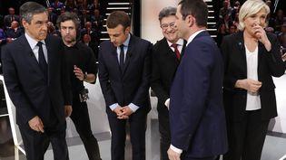 Les participants au premier débat télévisé de la présidentiellese saluent sur le plateau de TF1, le 20 mars 2017, à Aubervilliers (Seine-Saint-Denis). (PATRICK KOVARIK / AFP)