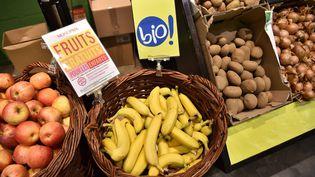 Des bananes bio en vente dans un supermarché parisien, le 18 octobre 2016. (CHRISTOPHE ARCHAMBAULT / AFP)