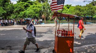 Un drapeau américain installé sur l'échoppe d'un vendeur ambulant, à La Havane (Cuba), le 1er juillet 2015. (YAMIL LAGE / AFP)