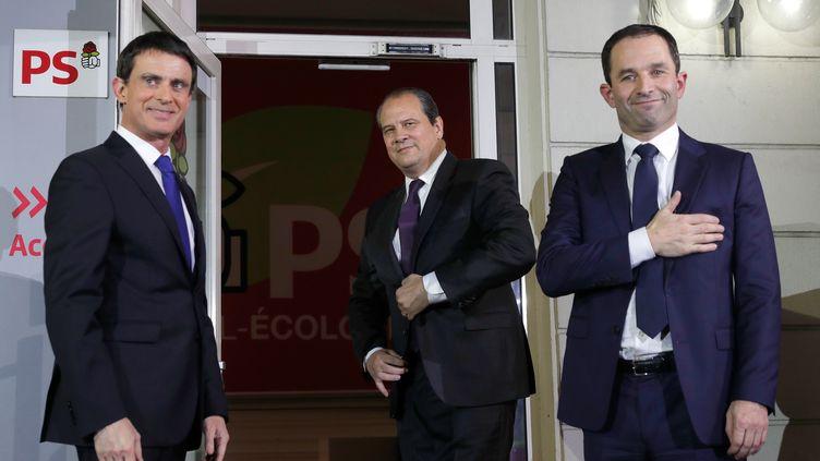 Manuel Valls, Jean-Christophe Cambadélis et Benoît Hamon saluent des militants socialistes à l'issue du second tour de la primaire de la gauche, le 29 janvier 2017, au siège du PS, à Paris. (PHILIPPE WOJAZER / REUTERS)