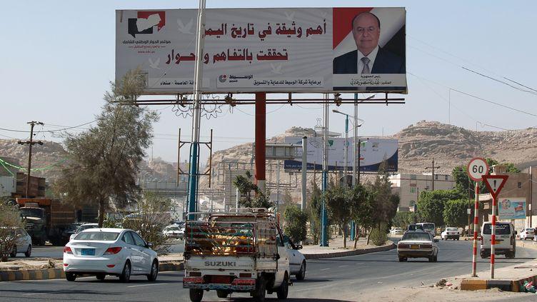 Le portrait du présidentAbedrabbo Mansour Hadi représenté sur une afficheà Sanaa (Yémen),le 2 février 2015. (MOHAMMED HUWAIS / AFP)