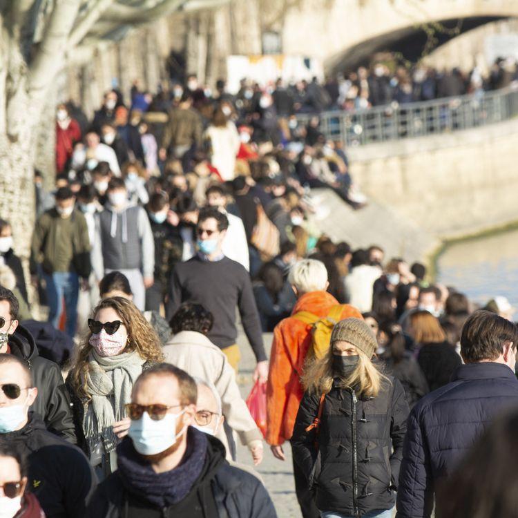 Des Parisiens se promènent sur les quais de Seine, le 7 mars 2021. (JOAO LUIZ BULCAO / HANS LUCAS / AFP)