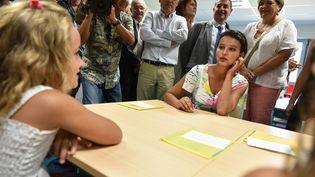 La ministre de l'Education nationale, Najat Vallaud-Belkacem, en visite dans une école de Sadirac (Gironde), le 27 août 2016. (UGO AMEZ / SIPA)