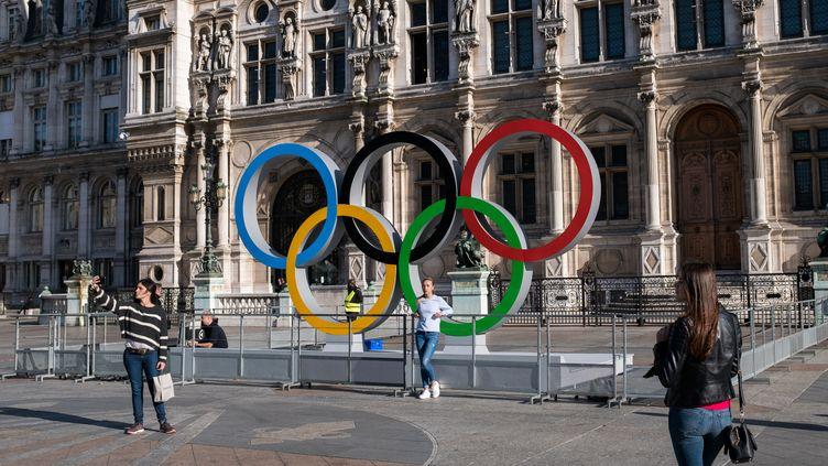 Les anneaux olympiques sont installés devant l'hôtel de ville de Paris, le 20 octobre 2017. (EMERIC FOHLEN / NURPHOTO / AFP)