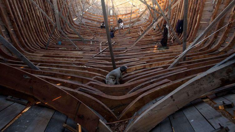 Des charpentiers de marine travaillent sur la construction traditionnelle d'un bateau de pêche. Ce secteur est vital pour le Pakistan mais reste très peu organisé. Le pays pêche quelque 625.000 tonnes de poisson par an, dont seulement 131.000 tonnes sont exportées. Le port de Karachi, où est construit ce bateau, est le principal du pays qui compte quelque 30.000 marins pêcheurs. (Shakil Adil/AP/SIPA - Septembre 2016)