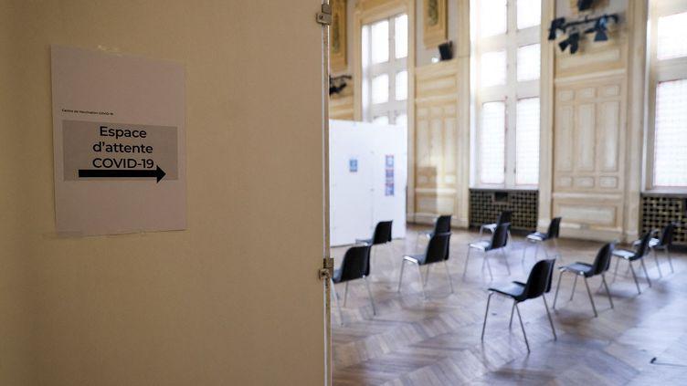 Une salle d'attente dans un centre de vaccination contre le Covid-19 (illustration 18 janvier 2021). (THOMAS SAMSON / AFP)
