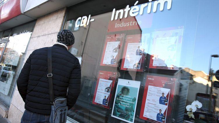 Un homme devant une agence d'emploi à Montbéliard (Doubs). (LIONEL VADAM  / MAXPPP)