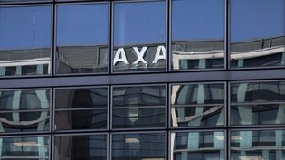 Le reflet de l'enseigne du siège du groupe Axa à Nanterre (Hauts-de-Seine), le 10 octobre 2018. (JOEL SAGET / AFP)