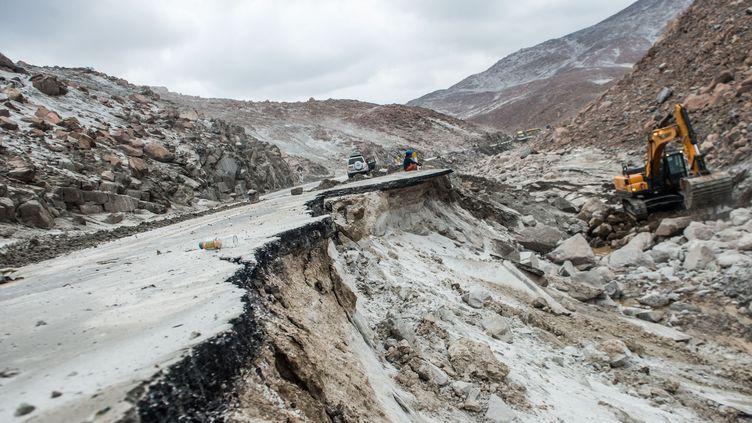 L'autoroute panaméricaine du Pérou après un glissement de terrain au niveau de Arequipa, le 27 janvier 2017. (ERNESTO BENAVIDES / AFP)