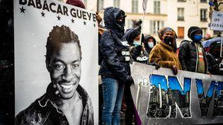 """Des associations antiracistes défilent contre la loi de """"sécurite globale"""", le 16 janvier 2021, à Paris. (XOSE BOUZAS / HANS LUCAS / AFP)"""