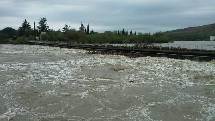 Le pont submersible de Sampzon, en Ardèche, est encombré de branchage,le 19 septembre 2014. (  MAXPPP)