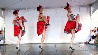 Des danseuses de french cancan donnent une représentation pour les célébrations du 14-Juillet, à New York, le 9 juillet 2017. (PAUL ZIMMERMAN / AFP)