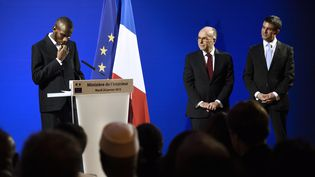 Lassana Bathily durant la cérémonie de naturalisation, mardi 20 janvier,au ministère de l'Intérieur, en présence de Bernard Cazeneuve et Manuel Valls. (ERIC FEFERBERG / AFP)
