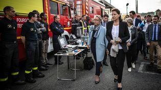Les ministres de la Transition écologique et de la Santé, Elisabeth Borne (à gauche) et Agnès Buzyn (à droite) rencontrent les pompiers sur le site de Lubrizol, à Rouen, le vendredi 27 septembre 2019. (LOU BENOIST / AFP)