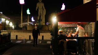 Des habitants de Nice profitent de la dernière soirée avant l'instauration d'un couvre-feu dans les Alpes-Maritimes, le 23 octobre 2020. (ERIC GAILLARD / REUTERS)