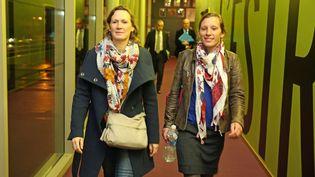 Isabelle Taymans-Grassin (à gauche), accompagnée de Tiphaine Bernard (à droite), lors d'une réunion publique sur l'agénésie des membres supérieurs à Guidel (Morbihan) le 6 novembre 2018. (MAXPPP)
