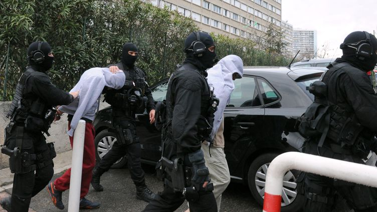 Les membres du Groupement d'intervention de la police nationale (GIPN) arrêtent, mercredi 4 avril 2012 à Marseille (Bouches-du-Rhône), desislamistes radicaux présumés. (GERARD JULIEN / AFP)