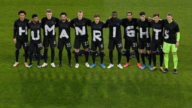 Les joueurs de l'équipe d'Allemagne transmettent un message fort lors de leur rencontre face à l'Islande (3-0), jeudi 25 mars 2021.  (TOBIAS SCHWARZ / AFP-POOL)