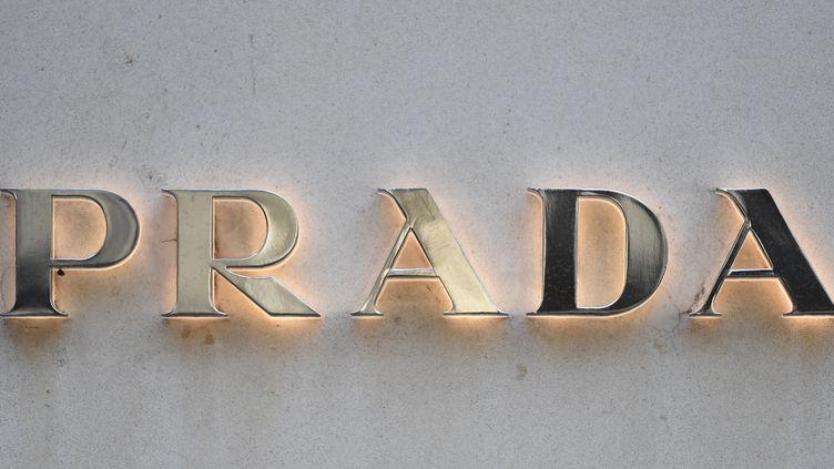 Une enseigne de la marque de luxe Prada, le 19 décembre 2017, avenue Montaigne à Paris. (STEPHANE DE SAKUTIN / AFP)