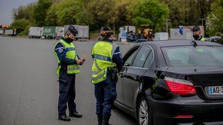 Des gendarmes contrôlent des attestations de déplacement dérogatoire, le 9 avril 2021, à Virsac (Gironde). (MAXPPP)