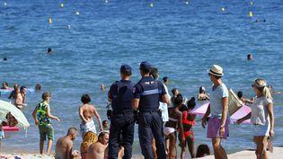 La police municipale surveille une plage de Cannes (Alpes-Maritimes), le 11 août 2016. (MAXPPP)