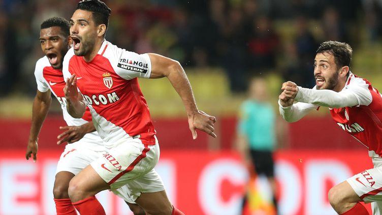 Radamel Falcao (à gauche), l'attaquant de l'AS Monaco, a signé le but de la victoire face à Dijon (2-1). (VALERY HACHE / AFP)