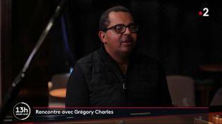 """France 2 a rencontré Grégory Charles, musicien québécois encore relativement inconnu en France. Surnommé le """"jukebox humain"""", il se produit à Paris lundi 9 et mardi 10 mars. (France 2)"""