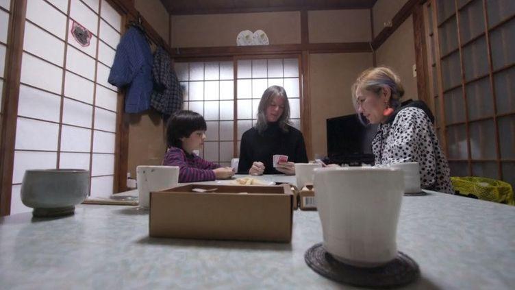 Rencontre avec Midori, et son épouse, Elin McCready, qui est transgenre. Problème : le mariage homosexuel est interdit au Japon. (Capture d'écran Franceinfo)