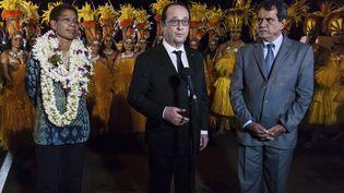 François Hollande, entouré de la ministre des Outre-Mer, George Pau-Langevin et du président de la Polynésie française, Edouard Fritch, le 21 février 2016 à Papeete. (GREGORY BOISSY / AFP)