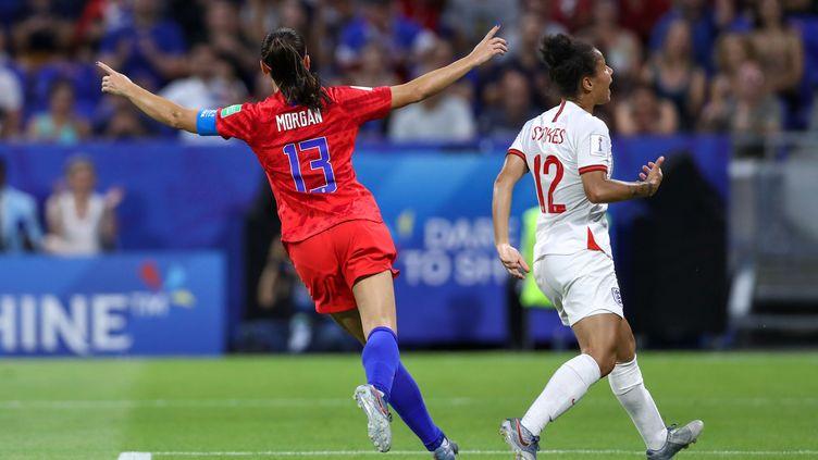 Alex Morgan célèbre son but en demi-finale de la Coupe du monde féminine de football, le 2 juillet 2019 à Lyon. (VANESSA CARVALHO / BRAZIL PHOTO PRESS / AFP)