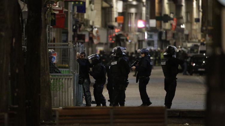 L'opération de police lancée à Saint-Denis (Seine-Saint-Denis) le 18 novembre 2015. (KENZO TRIBOUILLARD / AFP)