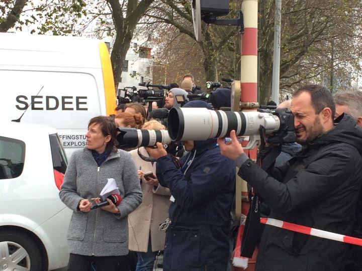 Les journalistes du monde entier suivent l'assaut de Molenbeek (Bruxelles), censé débusquer Salah Abdeslam, le 16 novembre 2015. (KOCILA MAKDECHE / FRANCETV INFO)