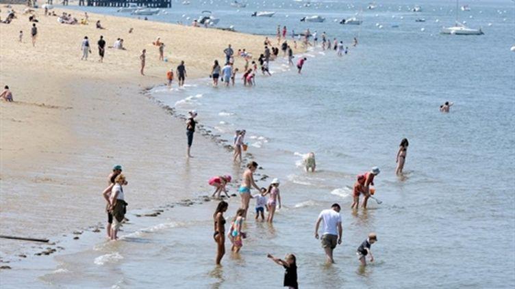 Chaleur et sécheresse sur la France. Baignade pendant les vacances de Pâques 2011 à Arcachon (AFP/JEAN PIERRE MULLER)