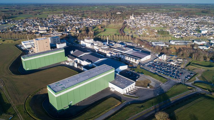 Vue aérienne de l'usine Lactalis de Craon, en Mayenne. (THOMAS BREGARDIS / MAXPPP)