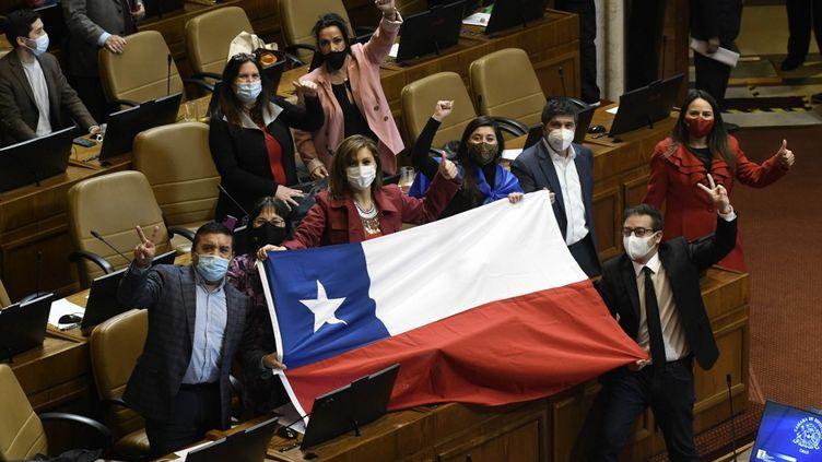 Des parlementaires chiliens célèbrent le vote autorisant les citoyensà puiser dans leur épargne-retraite pour faire face à la crise du coronavirus, jeudi 23 juillet 2020. (FRANCESCO DEGASPERI / AFP)