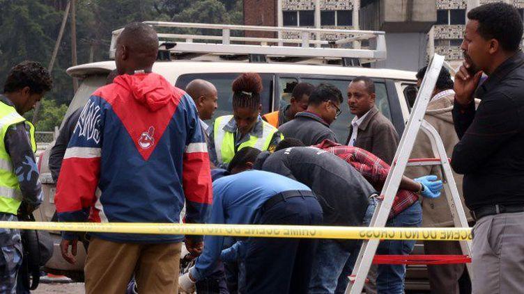 La police éthiopienne enquête sur la mort de Simegnew Bekele, l'ingénieur en chef du projet de construction du barrage Renaissance, dont le corps a été retrouvé le 26 juillet 2018 dans sa voiture garée sur la place Meskel à Addis Abeba. (Minasse Wondimu Hailu/AGENCE ANADOLU/AFP)