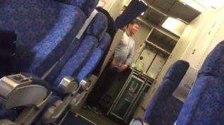 Capture d'écran montrant l'intérieur de l'appareil de la compagnieEgyptAir bloqué sur l'aéroport de Larnaca (Chypre), lors du détournement de l'appareil par un pirate de l'air, le 29 mars 2016. (YOUTUBE)