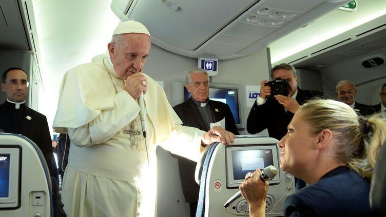 Le pape François répond à une journaliste dans l'avion qui le ramène de Pologne, le 31 juillet 2016. (REUTERS)