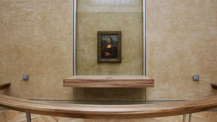 """""""La Joconde"""" de Léonard de Vinci, exposée dans la Salle des Etats du Musée du Louvre, à Paris. (JEAN-PIERRE MULLER / AFP)"""