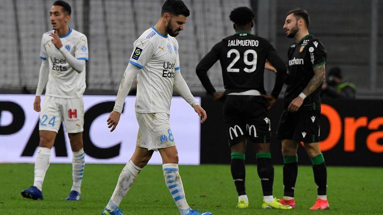 Morgan Sanson (OM), tête basse après la défaite de son équipe contre Lens le 20 janvier 2021 (NICOLAS TUCAT / AFP)