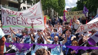 Les urgentistes manifestent près de la gare Montparnasse, le 6 juin 2019 à Paris. (FABIEN MAGNENOU / FRANCEINFO)