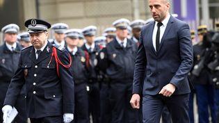 Etienne Cardiles, le compagnon de Xavier Jugelé, le policier tué sur les Champs-Elysées, assiste à la cérémonie en l'honneur de son concubin le 25 avril 2017 dans la cour de la préfecture de police de Paris. (BERTRAND GUAY / AFP)
