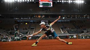 L'ItalienJannik Sinner intercepte un service du Belge David Goffin sur le court central lors du tournoi de Roland-Garros, à paris, le 27 septembre 2020. (ANNE-CHRISTINE POUJOULAT / AFP)