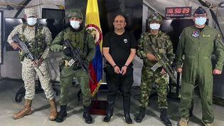 """Dairo Antonio Usaga, connu sous le nom d'""""Otoniel"""", lors de son arrestation par les militaires colombiens, le 23 octobre 2021 à Bogota. (COLOMBIAN ARMY / AFP)"""