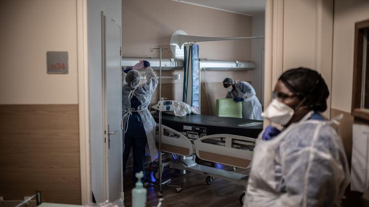 Des infirmières nettoient une chambre de l'hôpital Saint-Louis, à Paris, le 28 mai 2020. (MARTIN BUREAU / AFP)