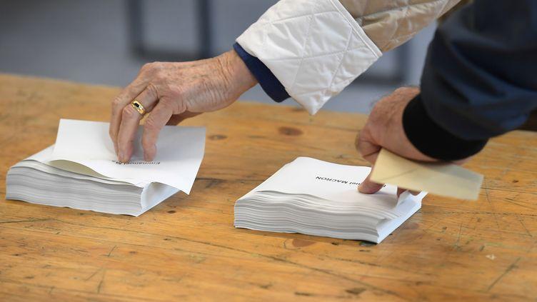 Des électeurs dans un bureau de vote de Rennes (Ille-et-Vilaine), pour le second tour de l'élection présidentielle, le 7 mai 2017. (DAMIEN MEYER / AFP)