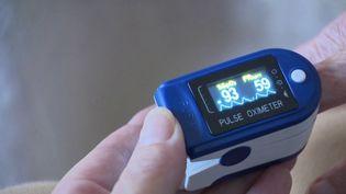 En mesurant le taux d'oxygène dans le sang des patients atteints du coronavirus, l'oxymètre permet de libérer des places dans les hôpitaux. (FRANCE 3)