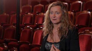 La comédienne polyvalente Julie Ferrier est passée par la danse avant de s'adonner à la comédie. Elle joue actuellement une pièce de théâtre qui là encore, mélange les genres. (FRANCE 2)