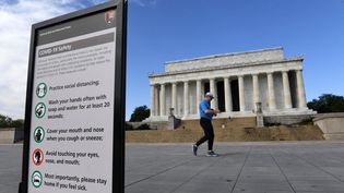 Un panneau donnant des conseils pour éviter le coronavirus, visible près du Lincoln Memorial. (THE WASHINGTON POST / THE WASHINGTON POST)