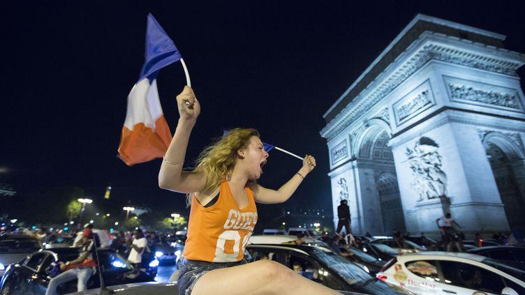 Les Champs-Elysées ont rapidement été envahies par les supporteurs des Bleus après la qualification de la France pour la finale de l'Euro. (GEOFFROY VAN DER HASSELT / AFP)